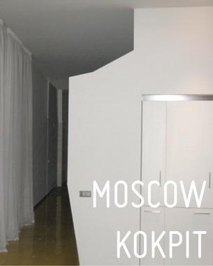 Das Apartment befindet sich in Arbat, direkt im Moskauer Stadtzentrum. Das siebenstöckige, während der Stalinzeit errichtete Gebäude, war für Gemeinschaftswohnungen bestimmt.